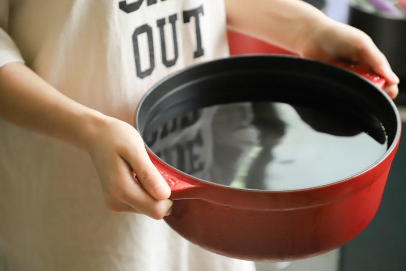 duży garnek pozwala gotować na parze bez parowaru
