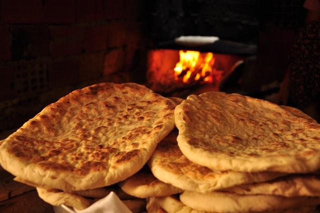 Ciekawostki o pizzy mówią, że powstała ona z prostych płaskich placków jadanych przez Greków