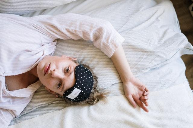 Opaska na oczy nie leczy zaburzeń snu, ale może ułatwić zasypianie