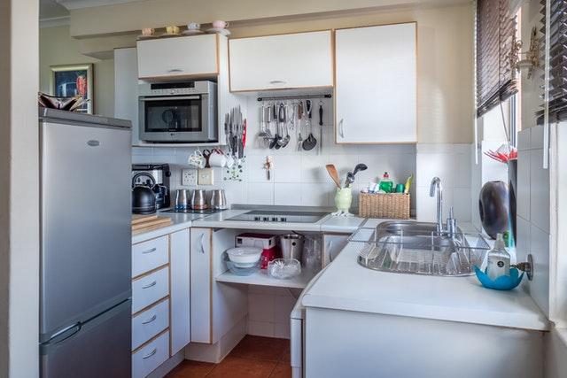 Gazowa kuchnia ceramiczna czy indukcja? W małej kuchni raczej płaska płyta