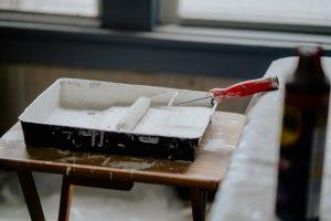Kuweta z biała farbą do malowania mebli kuchennych